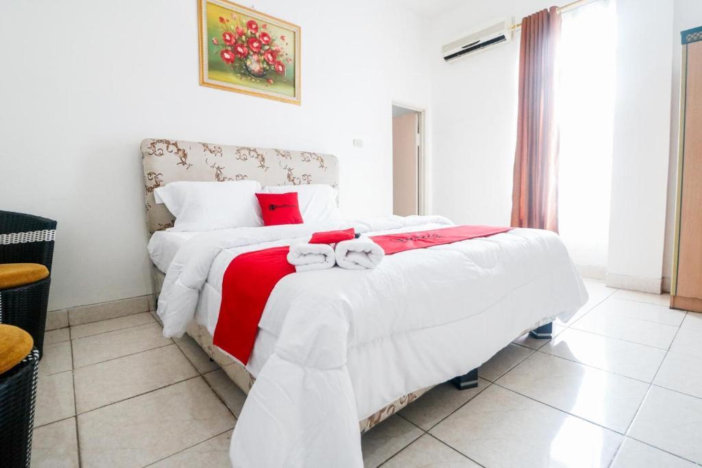 Tempat tidur dalam kamar di RedDoorz @ Jalan Diponegoro Lampung