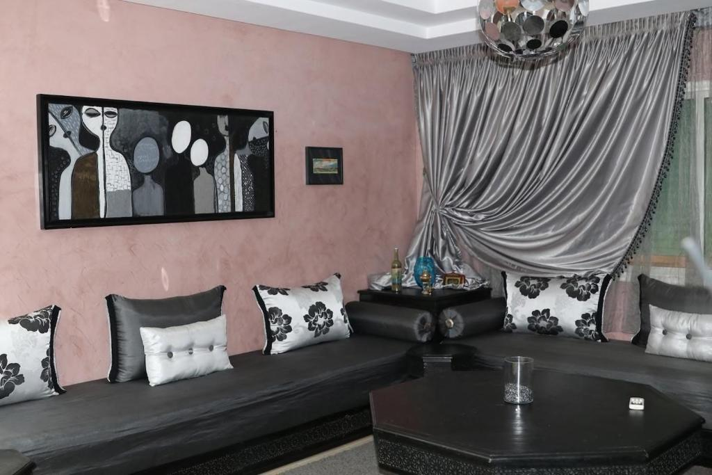 A seating area at Appartement Deroua Casablanca