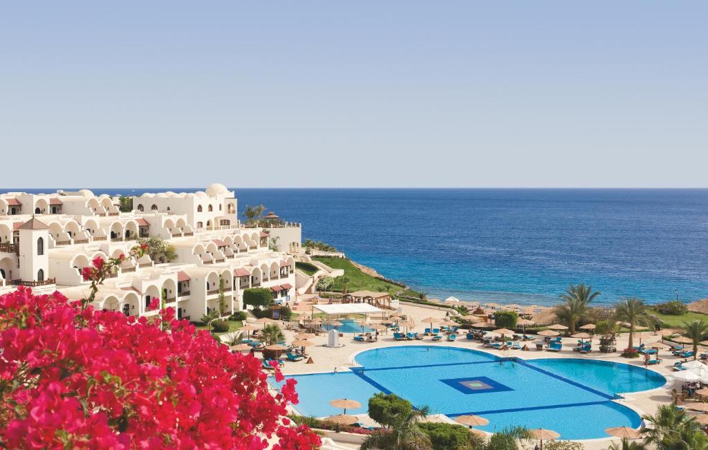 Uma vista da piscina em Mövenpick Resort Sharm El Sheikh ou nos arredores