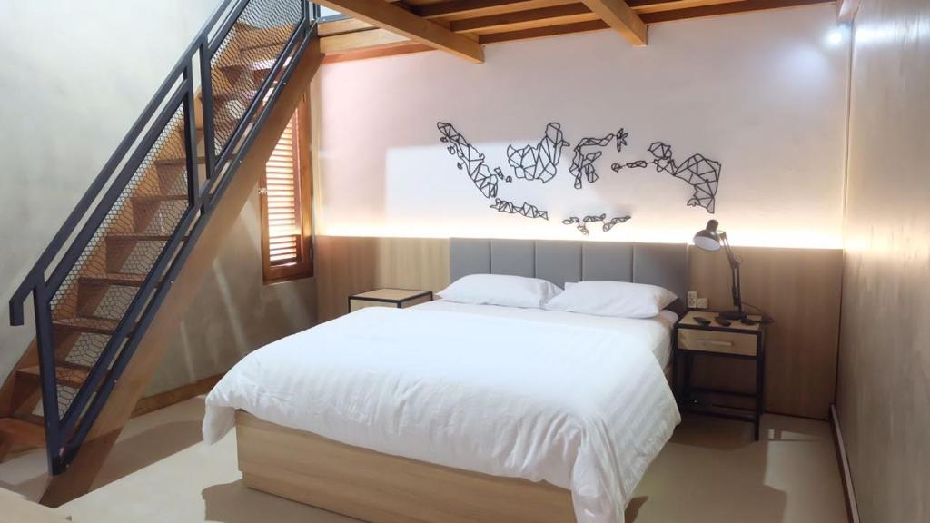 A bed or beds in a room at Omah Bumi Guest House