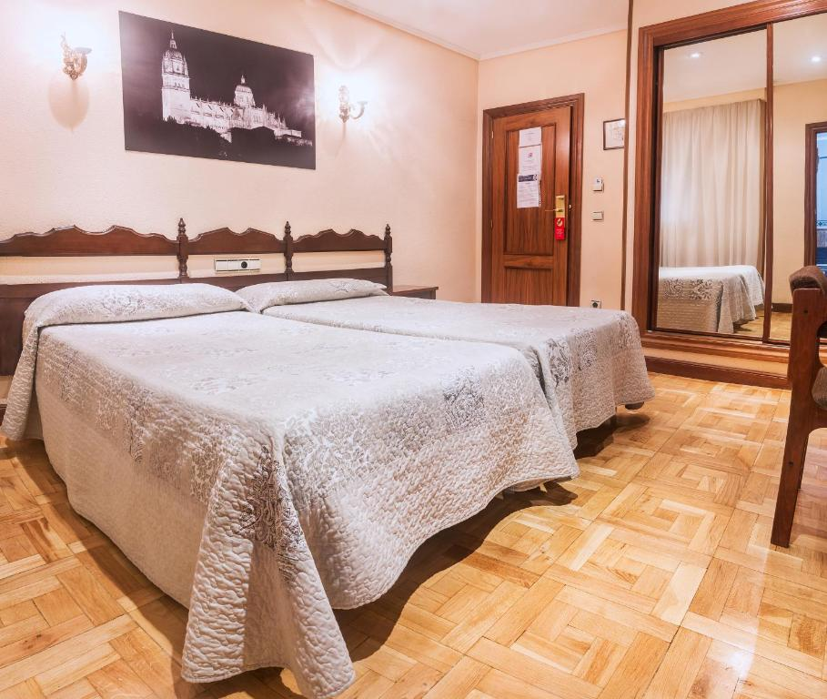 A bed or beds in a room at Hotel Residencia Castellano I