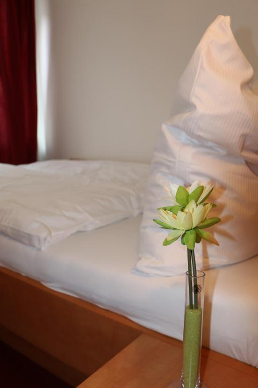 A bed or beds in a room at Hotel Bonn Voyage