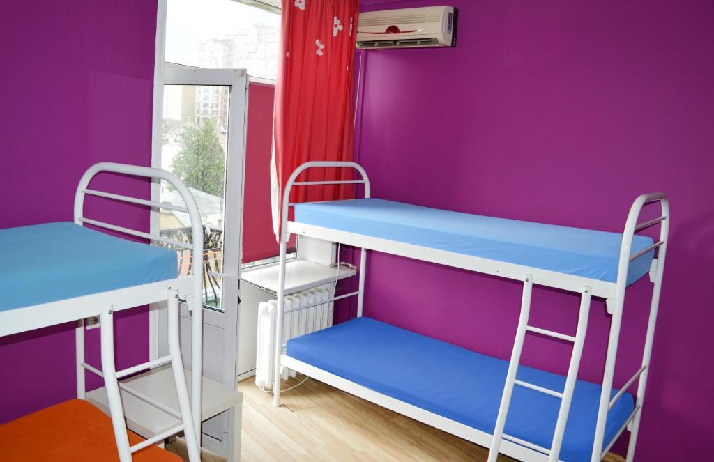 Våningssäng eller våningssängar i ett rum på City Center Hostel