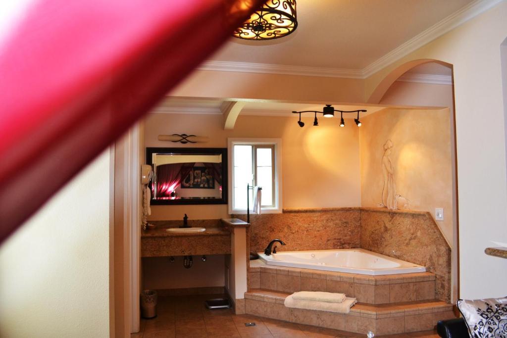 A bathroom at Chardonnay Lodge