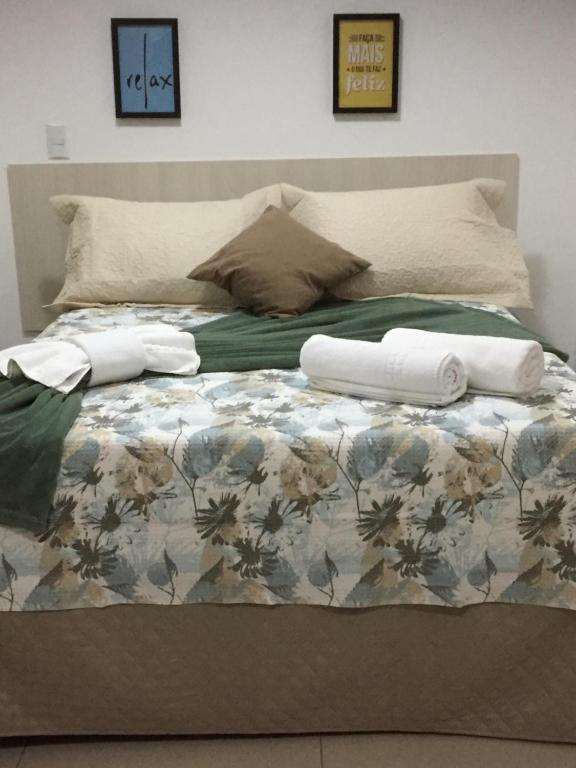 A bed or beds in a room at Flat Service Areiao
