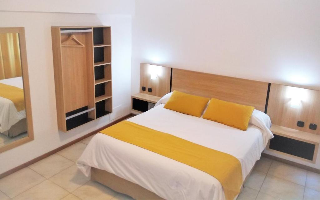 Una cama o camas en una habitación de Apartamentos Mendoza