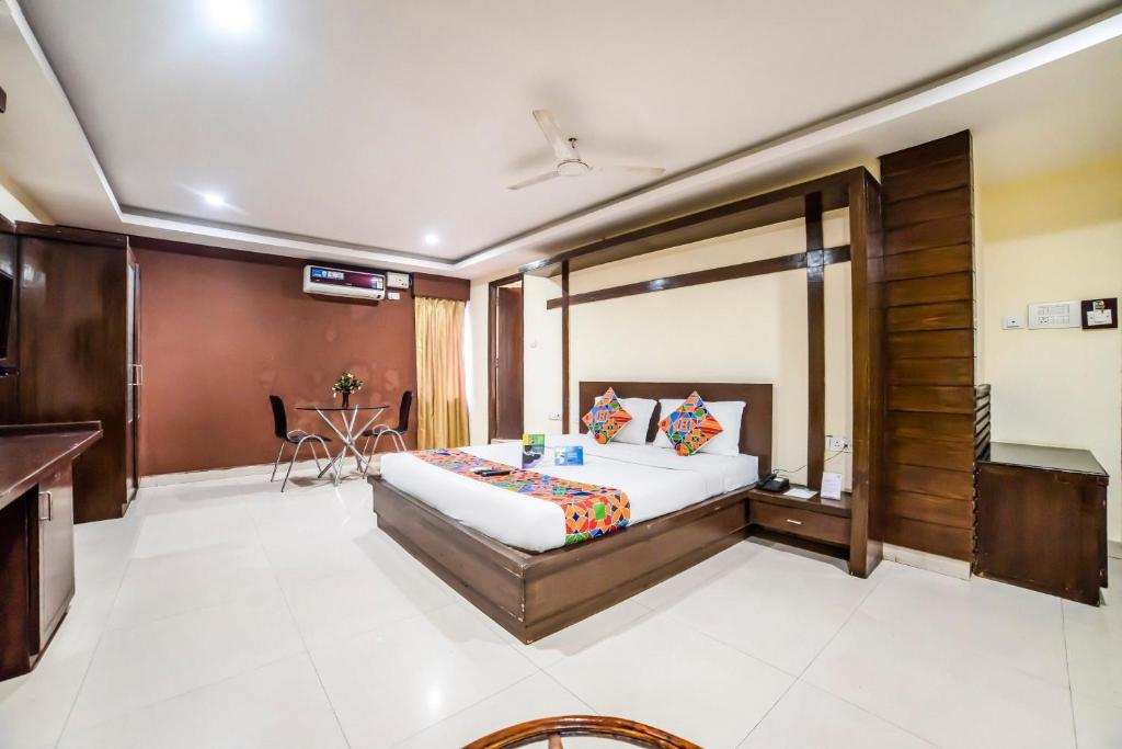 A bed or beds in a room at FabHotel Royal Residency Lakdikapul