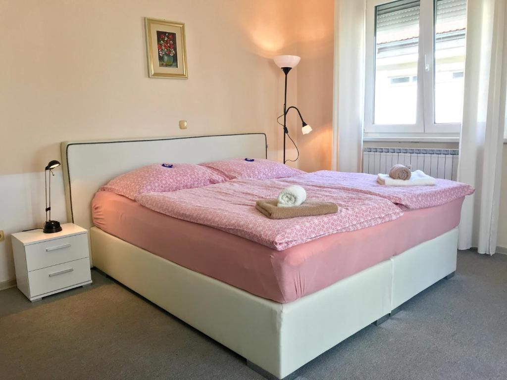 Кровать или кровати в номере Apartments Terme Ptuj