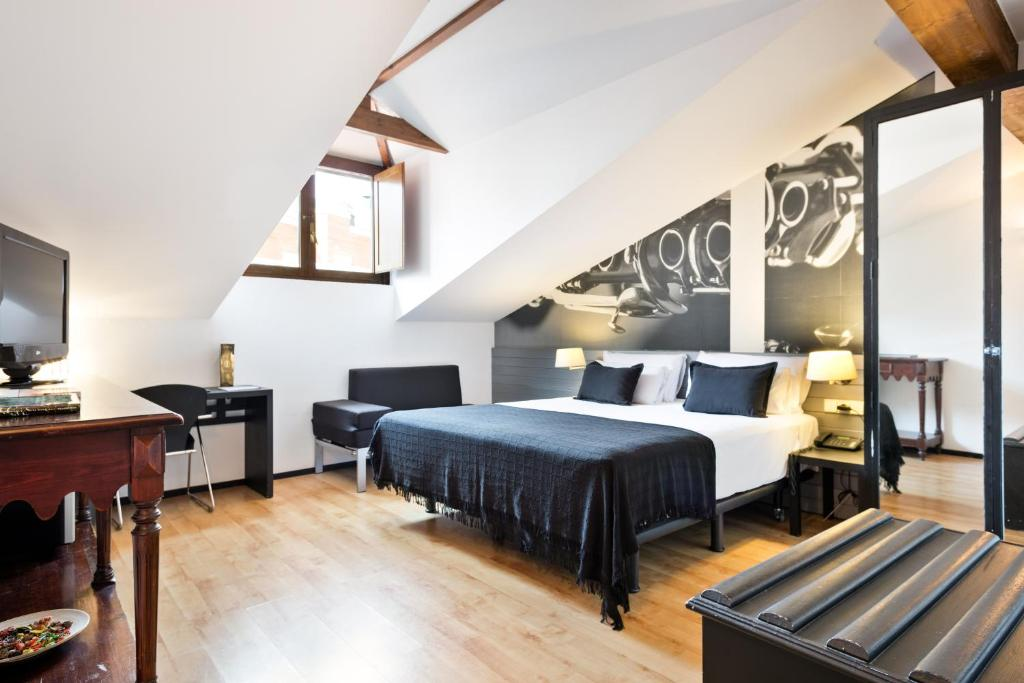 A bed or beds in a room at Abba Jazz Hotel Vitoria