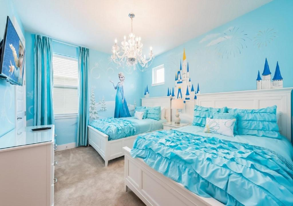 A bed or beds in a room at Disney,Encore Official Water Park&Golf Holiday Vacation Villa