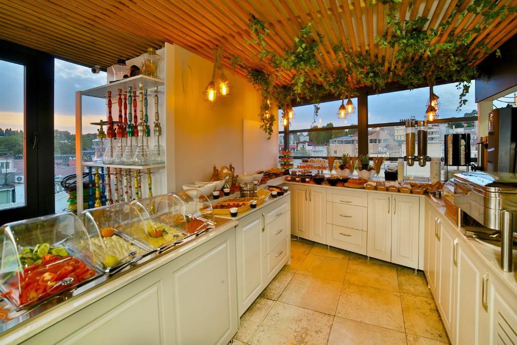 Кухня или мини-кухня в Glamour Hotel Istanbul Sirkeci