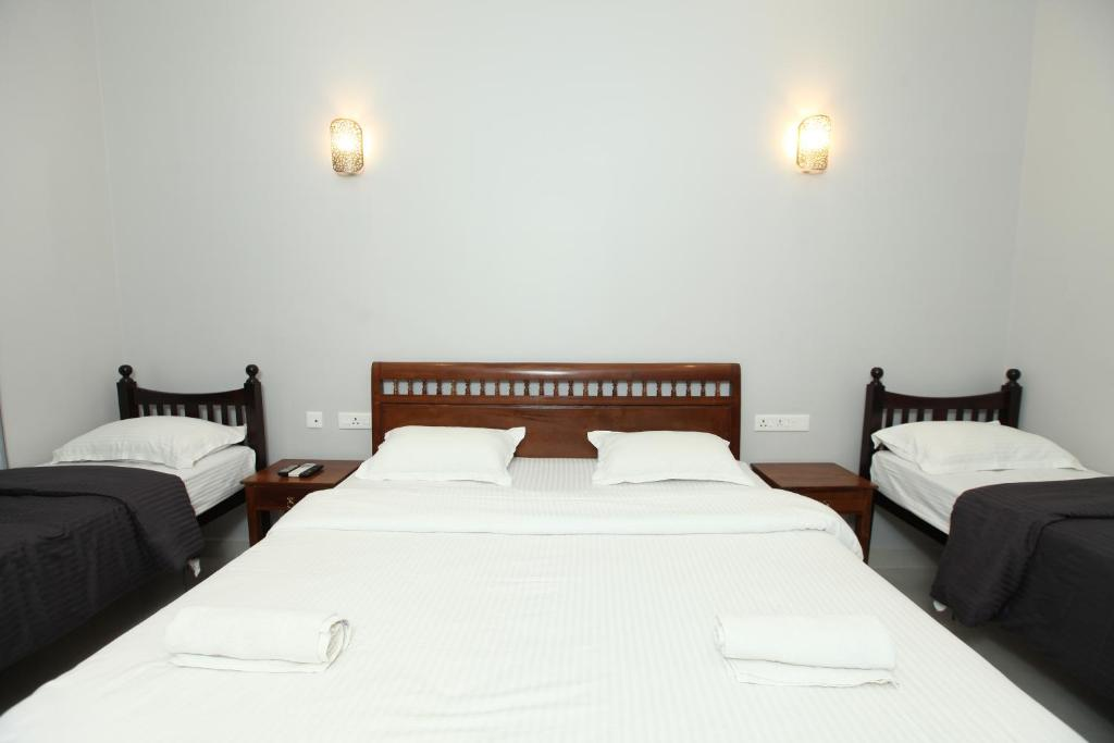 A bed or beds in a room at Maple House