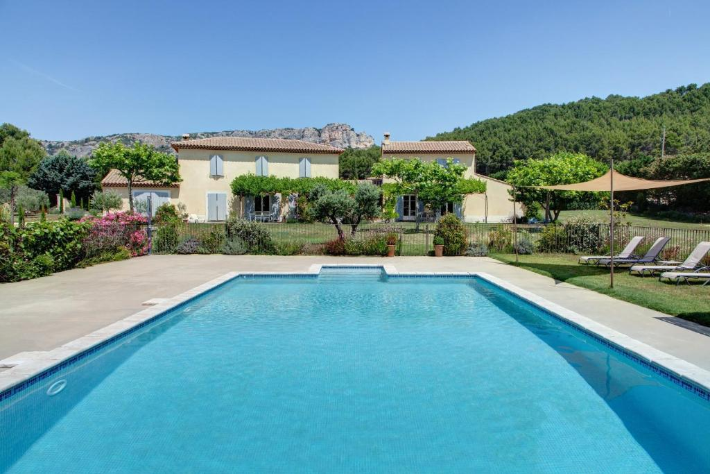 The swimming pool at or close to Les Grandes Terres - Gîtes & SPA