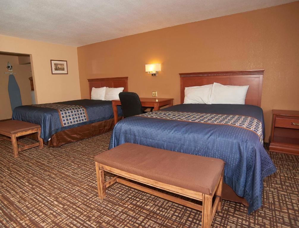 A bed or beds in a room at Hollow Inn and Motel
