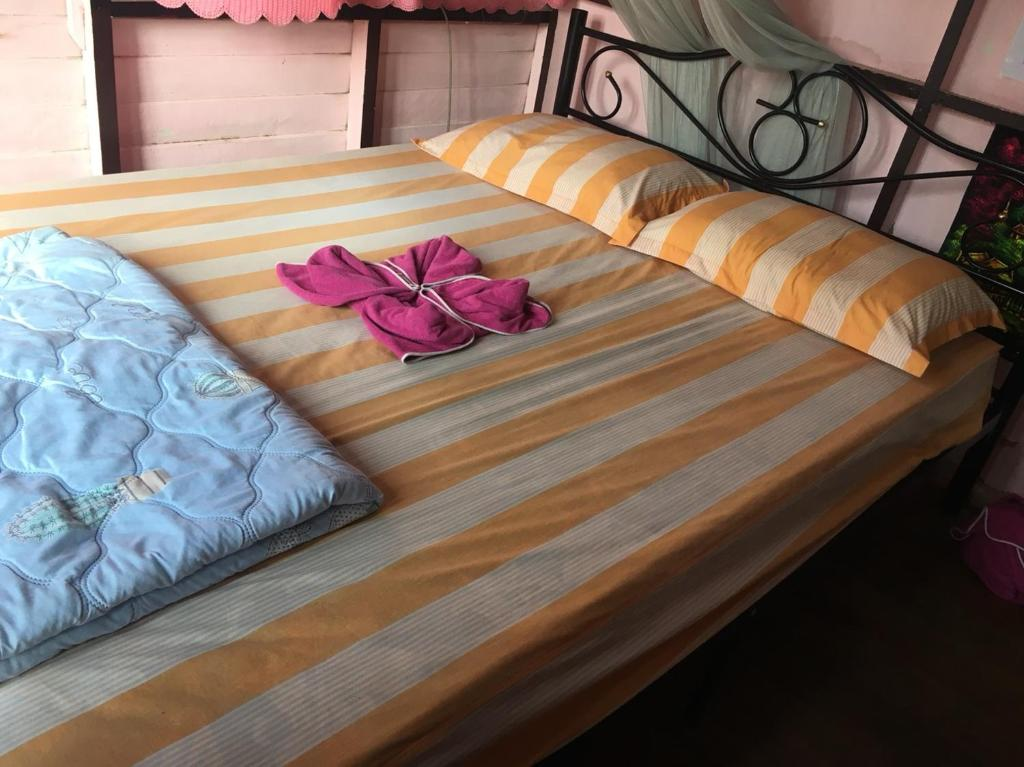 A bed or beds in a room at New Phiman Riverview Guesthouse