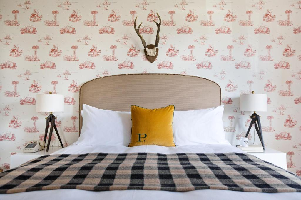 A bed or beds in a room at Palihouse Santa Monica