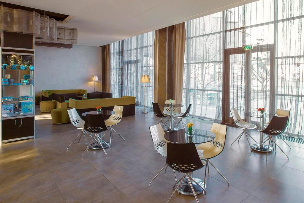 A restaurant or other place to eat at Zolotoy Zaton Business hotel