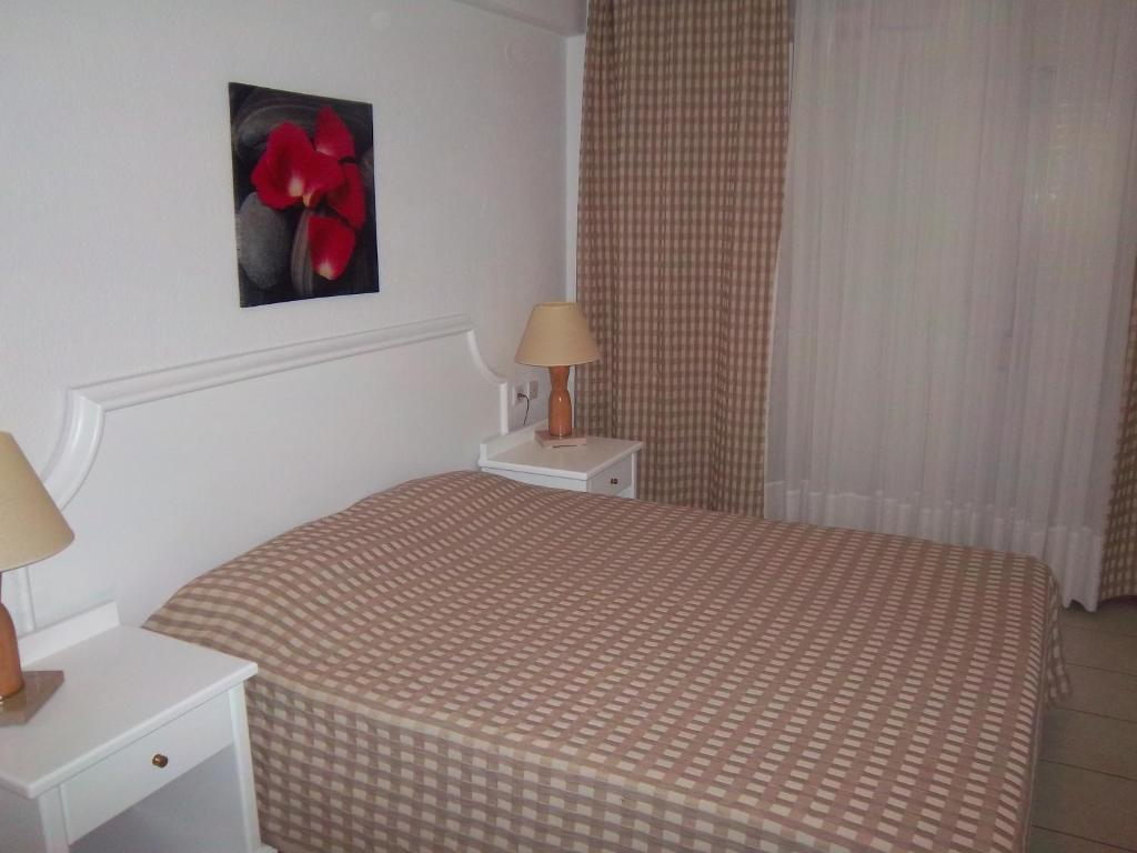 A bed or beds in a room at Milos Apartments