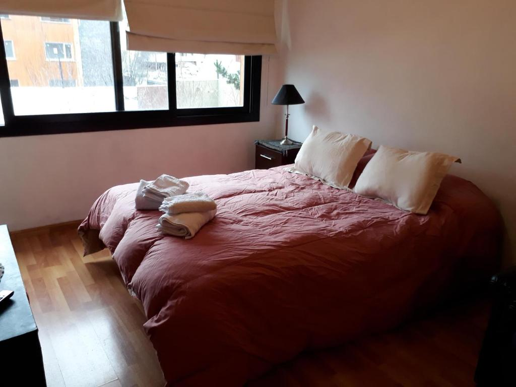 Una cama o camas en una habitación de Belgrano