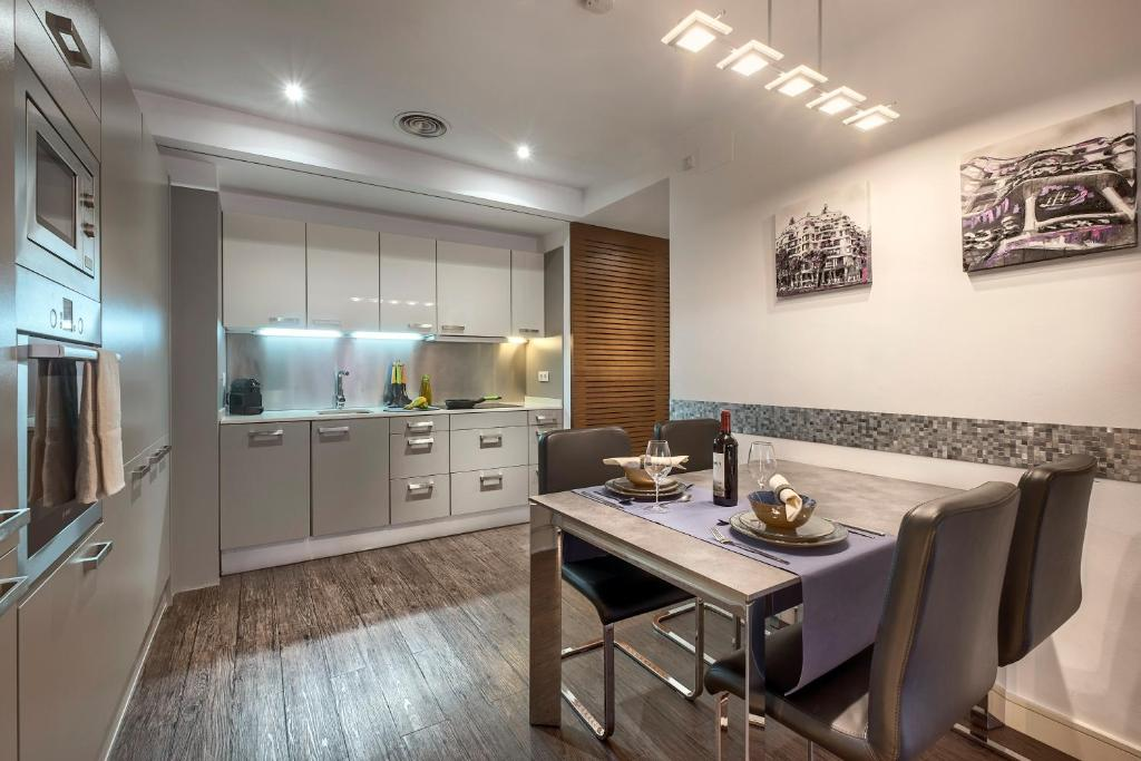 A kitchen or kitchenette at Catedral Bas Apartments Barcelona