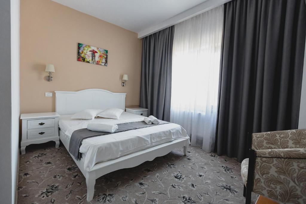 Un pat sau paturi într-o cameră la Hotel Cristian