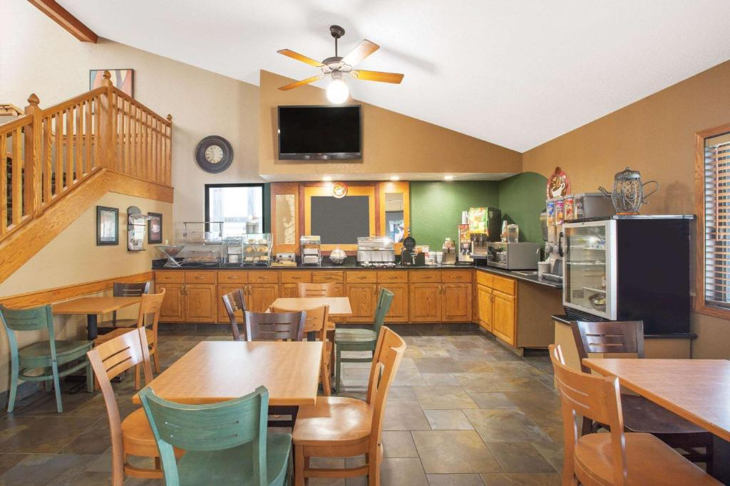A restaurant or other place to eat at AmericInn by Wyndham Ankeny/Des Moines