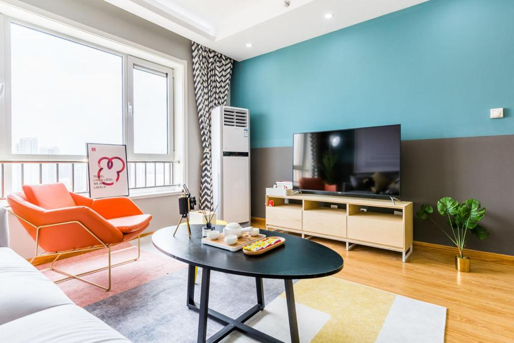 A television and/or entertainment center at Qingdao Shibei·Qingdao Wanda Plaza· Locals Apartment 00166560
