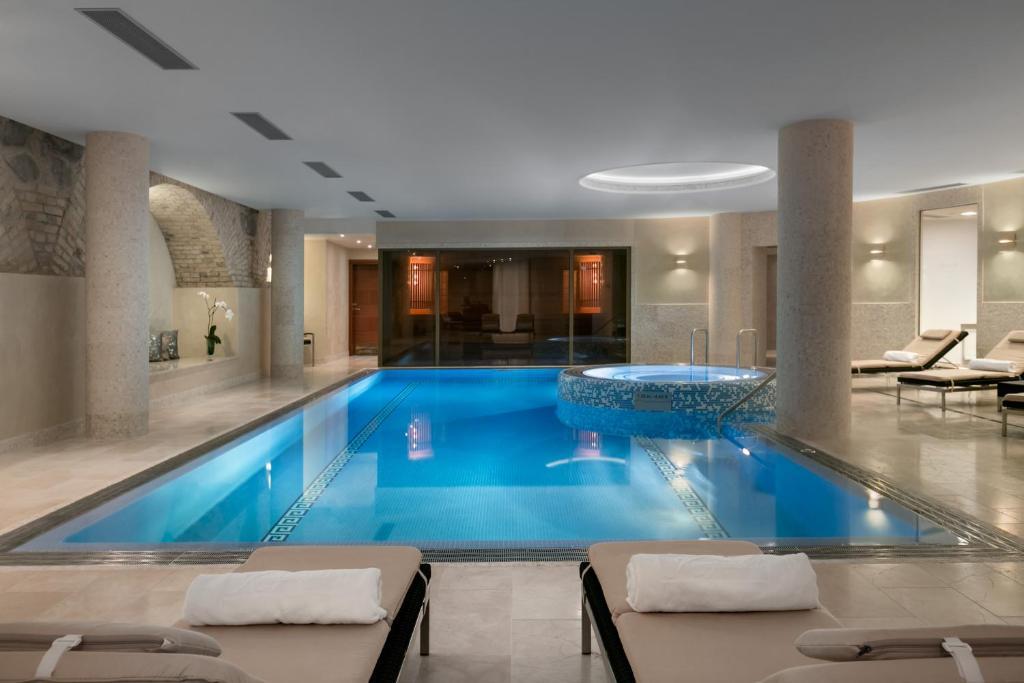 Kolam renang di atau dekat dengan Grand Hotel Kempinski Vilnius