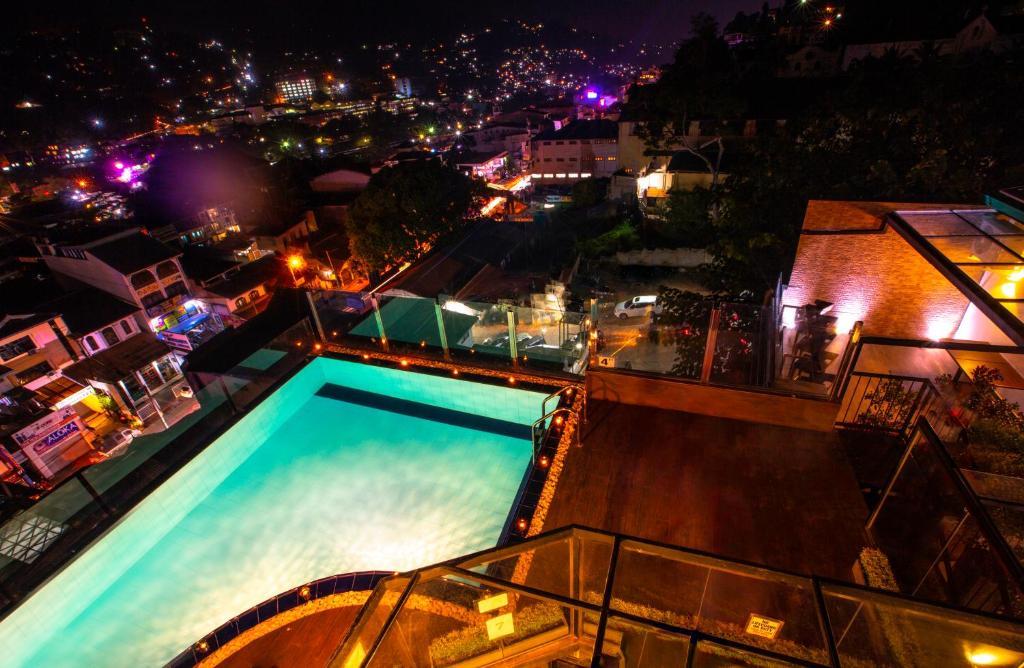 Вид на бассейн в Sevana City Hotel или окрестностях