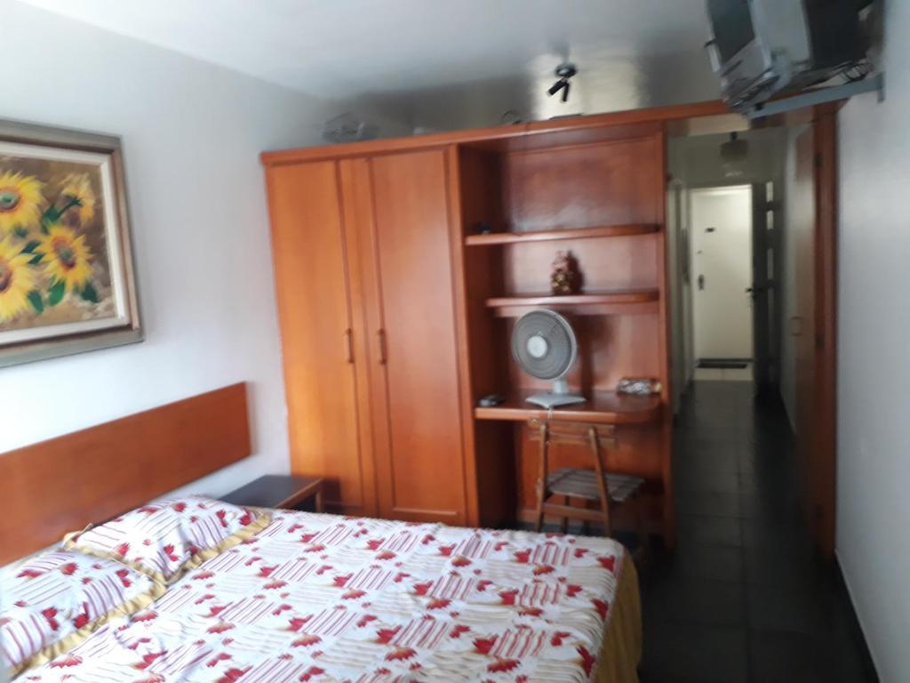 A bed or beds in a room at Sala, quarto, cozinha e varanda localização excelente