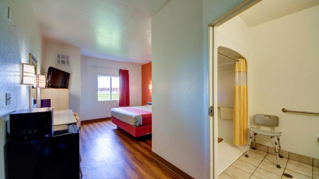 A bed or beds in a room at Motel 6 El Reno