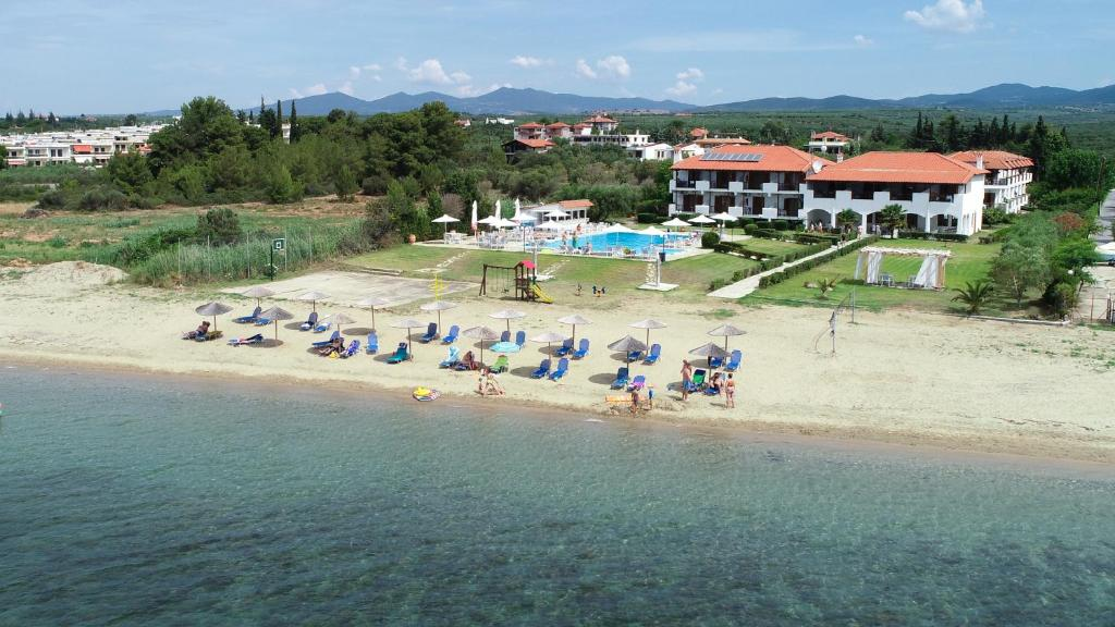 En strand i nærheden af lejlighedshotellet
