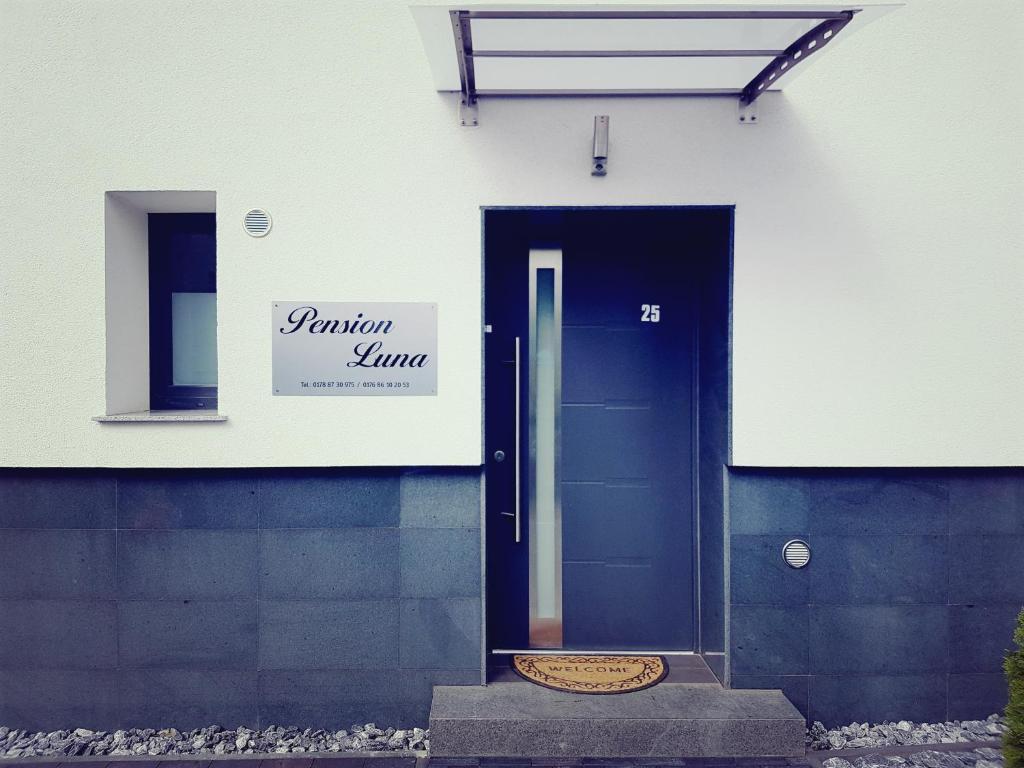 Eine Fassade oder ein Eingang zu Pension Luna