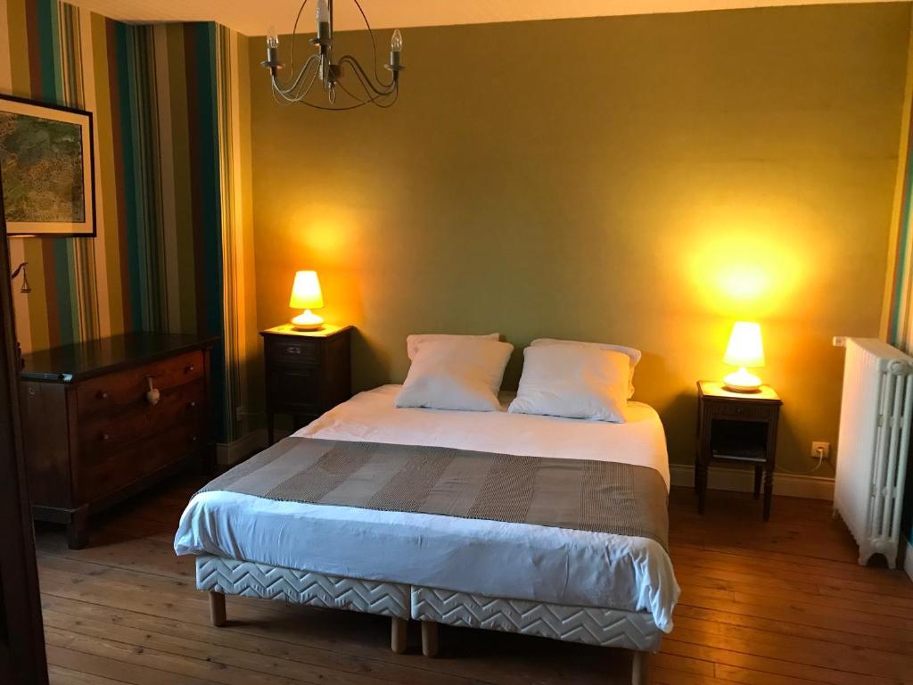 Un ou plusieurs lits dans un hébergement de l'établissement Un jardin dans la ville