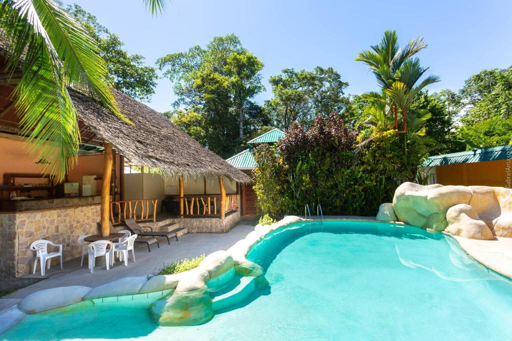 The swimming pool at or close to Bungalows Calalú