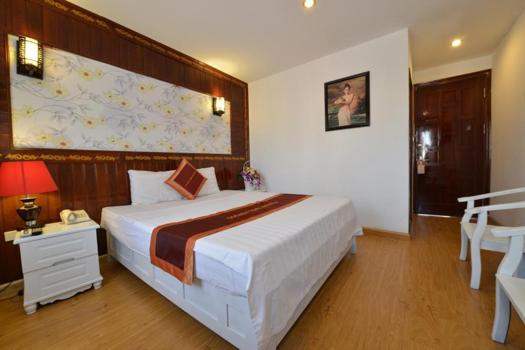 A bed or beds in a room at Villa Phathana Hotel