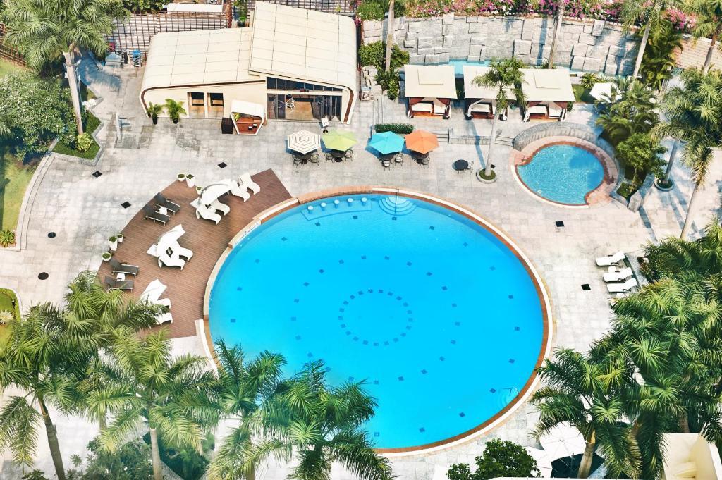 Tầm nhìn ra hồ bơi gần/tại Lotte Legend Hotel Saigon