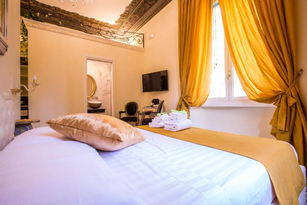 A bed or beds in a room at Trastevere Royal Suite Trilussa