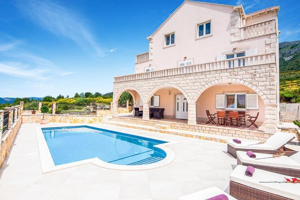 Bazén v ubytování Zvekovica Villa Sleeps 9 Pool Air Con WiFi nebo v jeho okolí