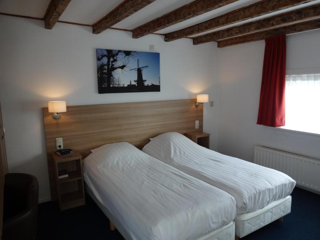 Een bed of bedden in een kamer bij Hotel Hulst