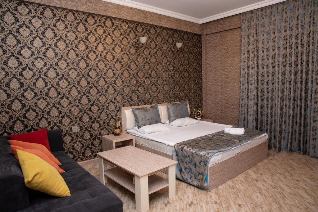 Sebail Inn Hotel tesisinde bir odada yatak veya yataklar