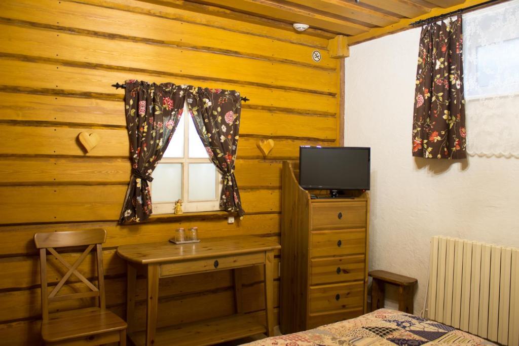 Телевизор и/или развлекательный центр в Отель Рай-Ski-Домик