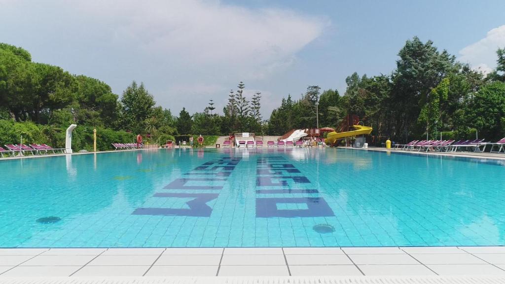 Der Swimmingpool an oder in der Nähe von Camping Villaggio Paestum