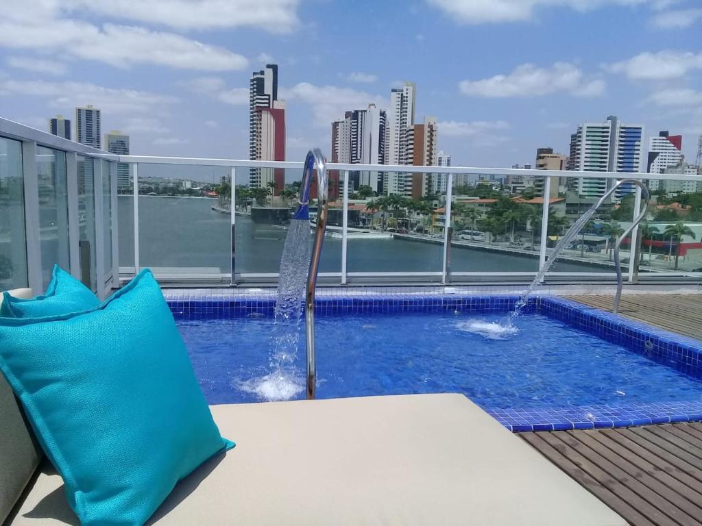 A piscina localizada em Hotel Village Confort Campina Grande ou nos arredores