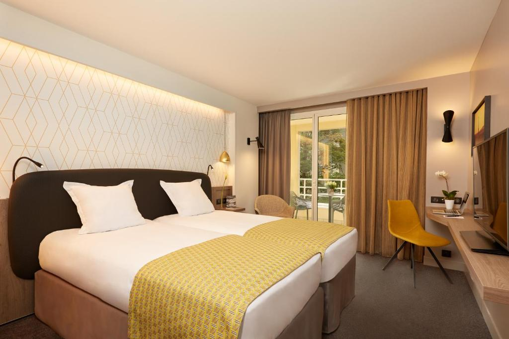 A bed or beds in a room at Auteuil Tour Eiffel