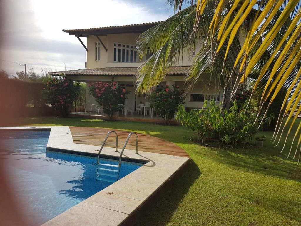 The swimming pool at or near Maravilhosa casa de praia