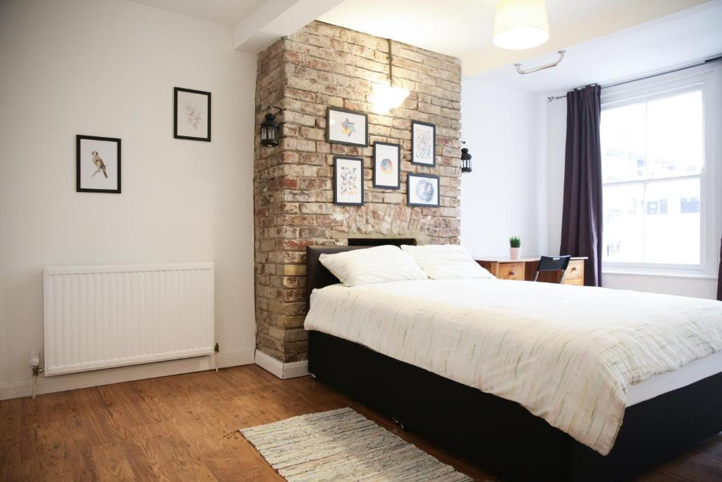 A bed or beds in a room at Bethnal Green beds to stay