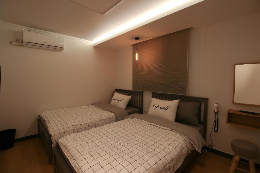 เตียงในห้องที่ Heima Guesthouse Hongdae