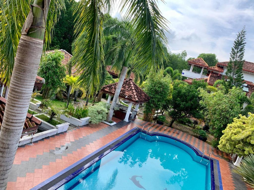 A view of the pool at Beruwala Gem Villa or nearby