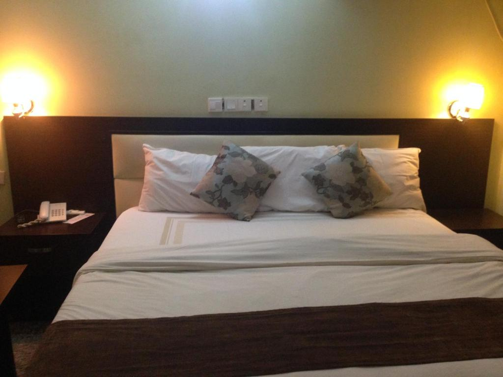 A bed or beds in a room at Gesse Hotel